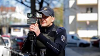 Nemačko saobraćajac drži radar za merenje brzine vozila