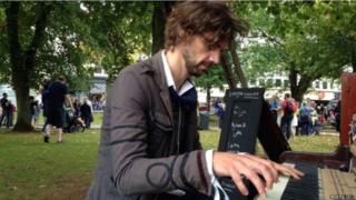 पियानो, इंग्लैंड, रोमैंटिक, गर्लफ्रेंड, प्यार, सोशल मीडिया