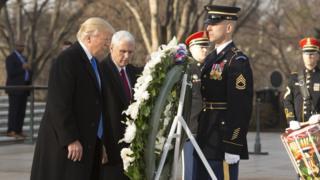 Trump na Mike Pence wakiweka shada la maua makaburi ya taifa ya Arlington