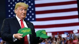 """Donald Trump con gorras que dicen """"¡Hacer a nuestros agricultores grandes otra vez!"""", en Indiana."""