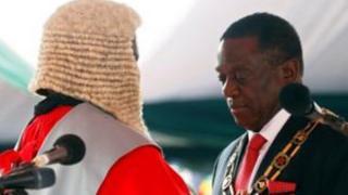 Mnangagwa akichukua kiapo cha kuwa rais