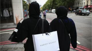 девушки с пакетами из модных магазинов