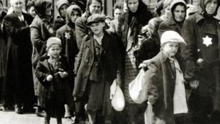 وصول يهود مجريين إلى معسكر الإبادة النازي أوشفيتز، في بولندا في يونيو/ حزيران عام1944.