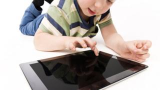 Un niño con una tableta. (Imagen ilustrativa)