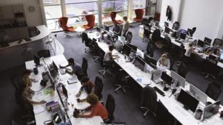 Với môi trường văn phòng ngồi chung thì việc phớt lờ những câu chuyện người khác trao đổi là khó .