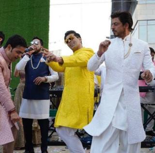 वरातीत नाचताना करण जोहर, शाहरुख खान, गाताना मिका सिंग