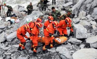 Rescatistas recuperan un sobreviviente del deslave en Xinmo, Sichuan, China.