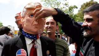 متظاهرون في طهران يسخرون من الرئيس الأمريكي