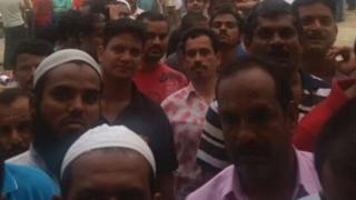 Cidde'de gıda yardımı alan Hintli işçiler