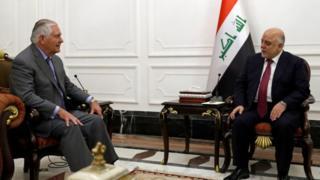 アフガニスタンから飛行機でイラクに到着したティラーソン長官(写真左)は23日遅くにアバディ首相(同右)と会談した