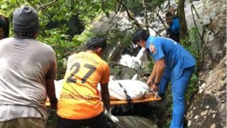 警方屍檢發現死者肺中進水不多,相信死者並非溺水死亡。眼睛和頭部傷勢似乎不是有墜落造成。