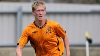 Dan Wilkinson jogando futebol