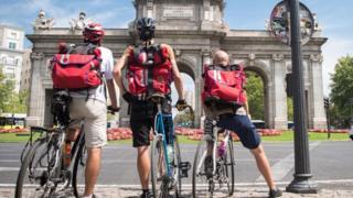Jovens de bicicleta