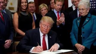 Rais Donald Trump akisaini agizo la urais dhidi ya bima ya afya ya Obamacare