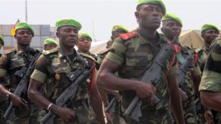 Soldiers wey carry gun