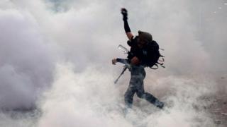 2019年8月5日,一名抗议者在警察发射催泪弹之后向警察方向投掷石块