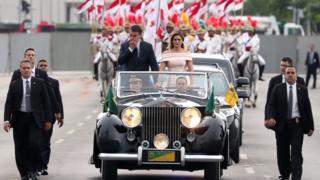 Jair Bolsonaro e primeira-dama Michelle Bolsonaro são transportados no Rolls-Royce presidencial na cerimônia de posse