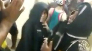 두 여성이 사원에 출입한 후 반대시위가 벌어졌다