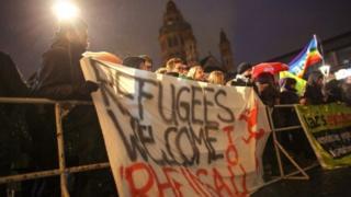 移民受け入れ反対の集会が開かれた独マインツでは、反対に反対の集会も開かれた(21日)