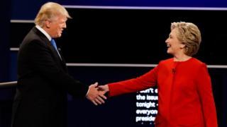 Donald Trump y Hillary Clinton estrechándose la mano