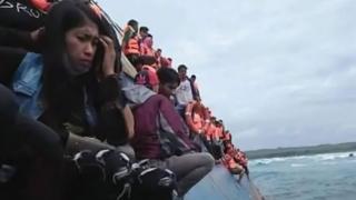 Lebih 100 penumpang dan awak berada di KM Lestari Maju yang kandas di karang setelah mengalami kerusakan mesin.