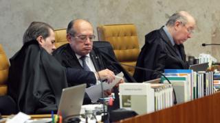 Ministros Dias Toffoli e Gilmar Mendes conversam no plenário do STF. Mais adiante, Celso de Mello lê documentos