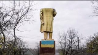 Una estatua de Lenin sin cabeza