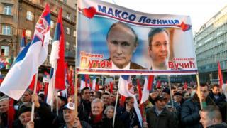 Прибічники Путіна в Сербії з прапорами