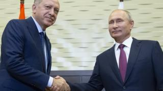 Turkish President Recep Tayyip Erdogan shakes hands with Russian President Vladimir Putin in Sochi, Russia (17 September 2018)