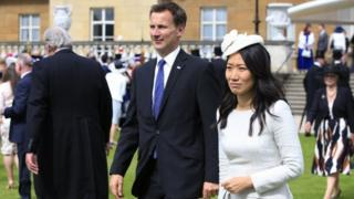 Menlu Inggris, Jeremy Hunt dan istrinya Lucia yang berasal dari Cina saat menghadiri pesta di Istana Buckingham (19/05/2016).