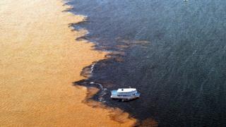 O encontro das águas dos rios Negro e Solimões, no entorno de Manaus