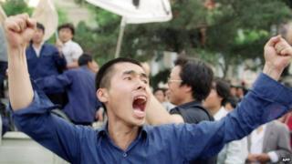 六四学运期间,示威学生高喊口号。