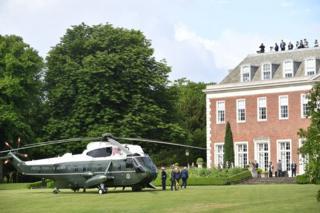 """""""海军陆战队一号""""直升机停在美国大使官邸草坪上。特朗普在访英期间将住在这里。"""