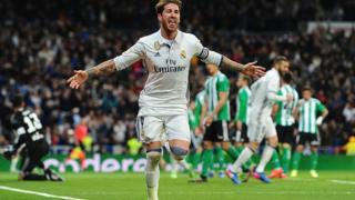 Sergio Ramos jubile après avoir marqué le but de la victoire pour le Real Madrid