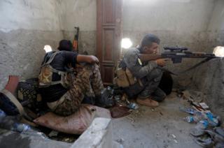 Un francotirador de las Fuerzas Democráticas Sirias en Raqa, Siria.
