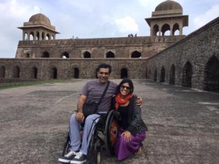 Salil Chaturvedi e sua mulher, Monika