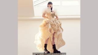 Gaun taffeta, di sini dipakai dengan sepatu bot berat, ditampilkan di koleksi adibusana Paris 1902 karya Elizabeth Emanuel.
