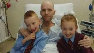 Сэмми Блэр и его дети Леннон (7 лет) и Элли (10 лет) в больнице, декабрь 2016 года