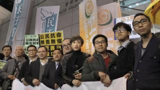 接受預約逮捕的「佔中」領袖在香港警察總部外會見媒體記者(27/3/2017)