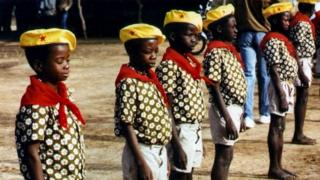 L'orchestre composé de jeunes garçons de 5 à 12 ans, a été créé par le capitaine Thomas Sankara, pour chanter la révolution et surtout porter le flambeau.