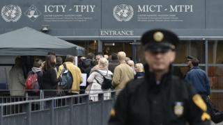 Журналисты на входе в здание международного трибунала по бывшей Югославии