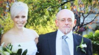 Lesley con su padre el día de su boda.