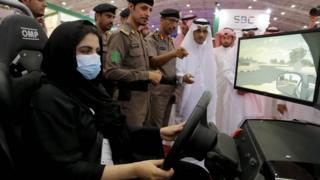 A woman uses a driving simulator in Riyadh (13 May 2018)