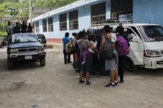 A migránsok arra várnak, hogy Mexikóban kollektív taxit fogadjanak