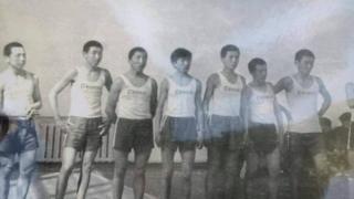 Мектептеги волейбол командасы 1975-жыл. (С.Жээнбеков солдон бешинчи).