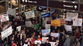 Virginia eyaletindeki Regan Havalimanı'nda da seyahat yasakları protesto edildi
