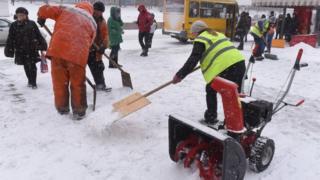 Комунальники прибирають сніг в Запоріжжі