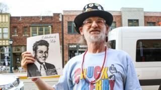チャック・ベリーさんの葬儀には一般のファンも集まった(9日、ミズーリ州セントルイス)