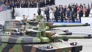Дональд Трамп на военном параде в Париже в июле 2017 года