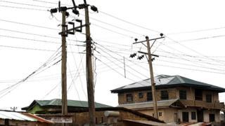 Un témoin a déclaré à la BBC qu'il a compté près de seize corps sur le site de l'accident causé par la chute d'un câble de haute tension due à l'explosion d'un transformateur.